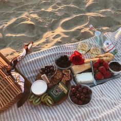 Oh you know shes getting a beach picnic. Not this fancy though. Probably ham amd… Oh you know shes getting a beach picnic. Not this fancy though. Probably ham amd cheese lmao (rebeccaamayy) Picnic Date, Beach Picnic, Summer Picnic, Summer Food, Summer Beach, Spring Summer, Comida Picnic, Jai Faim, Festa Party