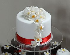 Round mini cakes with topper wedding cake (detail)