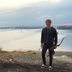 Haastattelussa villimies Heikki Ruusunen. Aiheena luontoyhteys, erä- ja selviytymistaidot, villiruoka ja villi  ajattelutapa.