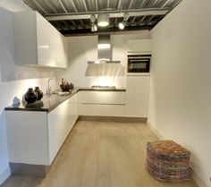 Strakke witte greeploze hoekkeuken met granieten werkblad. Kitchen Interior, New Kitchen, Interior And Exterior, Kitchen Dining, Kitchen Cabinets, Interior Design, Kitchen Ideas, Dream Decor, Utrecht