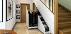 """O vão das escadas é uma boa oportunidade para se construir um<a rel=""""nofollow"""" href=""""https://www.homify.pt/livros_de_ideias/257629/7-dicas-para-criar-o-closet-perfeito""""><em>closet</em></a> à medida. Escolha frisos para as portas e gavetas deslizarem. Inspire-se no projecto da imagem: é perfeito!    Credits: homify / Chasewood Furniture"""
