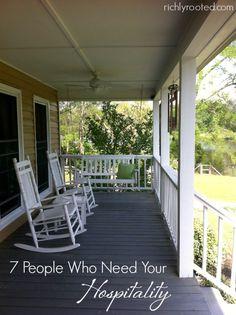 Je veux être généreux dans la pratique de l'hospitalité!  Voici 7 personnes à accueillir dans votre maison et autour de votre table.