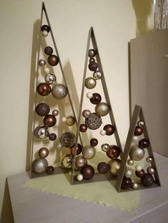 Gorgeous Christmas Living Room Decor Ideas - Framed Christmas Tree Happy New Year Wooden Christmas Crafts, Christmas Window Decorations, Christmas Centerpieces, Xmas Crafts, Christmas Projects, Christmas Tree Ornaments, Snowman Crafts, Alternative Christmas Tree, Christmas Living Rooms