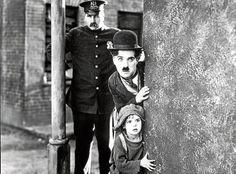 Charles Chaplin é um dos maiores cineastas da história do cinema, e um dos que mais contribuiu para a sétima arte. Tendo estreado em um filme pela primeira vez aos 25 anos, sua carreira conheceu momentos de glória com o eterno Carlitos, sua personagem mais famosa, mas também enfrentou momentos difíceis, conforme as críticas sociais em seus filmes se tornaram mais ferozes.   Nesta matéria especial, o Minha Visão homenageia a carreira deste grande artista,com os 10 melhores filmes de sua…