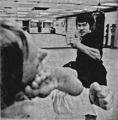 Bruce lee kicking Bruce Lee Martial Arts, Mixed Martial Arts, Eminem, Ufc, Bruce Lee Chuck Norris, Kung Fu Movies, Legendary Dragons, Bruce Lee Photos, Jeet Kune Do