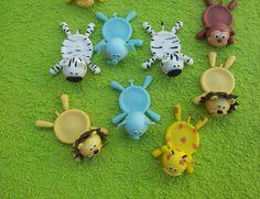 Porta docinhos do tema Safari Mesas Para Baby Shower, Baby Shower Niño, Pasta Das, Cup Coaster, Household Items, Coasters, Clay, Dolls, Christmas Ornaments