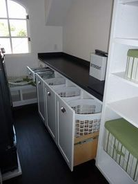 Lavanderia - se você tem espaço na área de serviço, cogite ter mais de um cesto de roupa suja. Um para roupas de cama e toalhas, outro para roupas. E panos de prato também devem ficar separados!