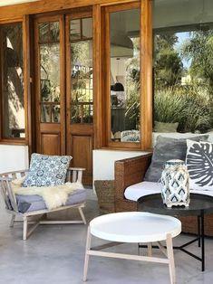 Casas Country, Door Design, House Design, Outdoor Furniture Sets, Outdoor Decor, Cozy House, Wood Table, Windows And Doors, Outdoor Living