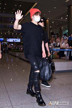 Jungkook ta tipo:Eu sei que sou lindo,podem parar de tirar fotos ;D