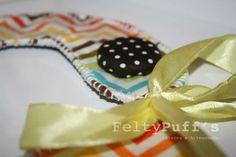 Bá ZigZag Color♥  Com tecido temático e plastificado, fita de cetim Amarela e botão forrado com tecido de interior.