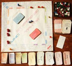 """Wir staunten nicht schlecht, als uns vor wenigen Tagen ein Paket aus Santiago de Chile erreichte. Der Inhalt: Ein Spiel namens """"Strategie und Taktik"""". Schnell war zu erkennen, dass es sich abermals um einen Monopoly-Klon handelte. Doch der beigelegte Brief von Prof. Dr. Godehard Falkner, sprengte alles bisher dagewesen. Prof. Falkner schrieb, das Spiele stamme """"nicht nur aus dem Privatbesitz der Honeckers, sondern ist nach unseren bisherigen Erkenntnissen auch von ihnen mit angefertigt…"""