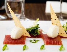 Gemarineerde tonijn met aardappelmarshmallow. Video uitleg van Herman den Blijker: http://youtu.be/56Gropj54WM