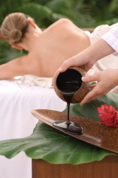 Natural, luxuriously textured fango mud, applied in this penetrating massage, detoxifies while stimulating the energy systems. Fragrances of rose, lavender and jasmine overcome the senses with a feeling of calm and peace.