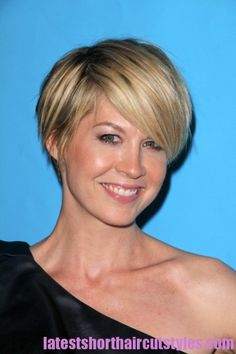 Jenna Elfman short hair with bangs... More of my new hair.... Now if I could just have her collar bones....