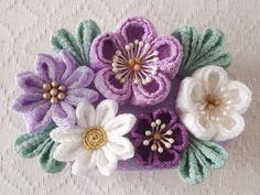 ちりめんで制作したつまみ細工の髪飾り。大中小と異なる大きさの梅と花芯を変えた2輪の小菊のバレッタです。金具をブローチピンとクリップの2wayにすることもできます。ご希望の方は備考欄にてお知らせください。下記の注意事項をよくお読みください。minneのお正月特集2016