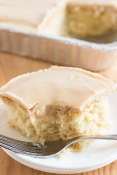 cake recipes This Vanilla Cream cake with Quick Caramel Frosting is delicious. Adapted from a little-old-lady recipe, it has the lovely old-fashioned-cake flavor. Köstliche Desserts, Delicious Desserts, Vanilla Desserts, Health Desserts, Vanilla Brownies, Food Cakes, Cupcake Cakes, Cupcakes, Rose Cupcake