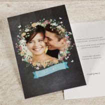 Fotodankkaart krijtbord met bloemenkrans #huwelijk #wedding #bedankkaart #foto #bloemen #krans #krijtbord
