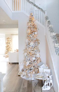Flocked Christmas Trees Decorated, Rose Gold Christmas Decorations, Christmas Entryway, Elegant Christmas Trees, White Christmas Trees, Christmas Tree Themes, Noel Christmas, Flocked Garland, Christmas Figurines