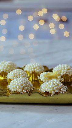 de Champagne Já provou o delicioso brigadeiro de champagne?Já provou o delicioso brigadeiro de champagne? Fancy Desserts, Just Desserts, Delicious Desserts, Yummy Food, Candy Recipes, Sweet Recipes, Dessert Recipes, Chocolate Truffles, Chocolate Shop