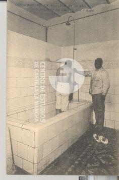 Cuarto de aseo, ducha y baño by Centro de Estudios de Castilla-La Mancha (UCLM), via Flickr