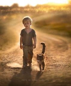 Ein Spaziergang im Sommer.....Junge mit Katze