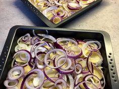 Sütőben sült hagymás krumpli sok sajttal: krémes és pikáns recept lépés 4 foto Sheet Pan, Carne, Icing, Recipies, Food And Drink, Cooking Recipes, Vegetables, Healthy, Desserts