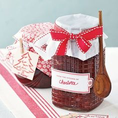 Cranberry Orange Marmalade - Homemade jams, spreads and sauces in festive jars are food gifts that are sure to please and a great way to show you care. Jar Gifts, Food Gifts, Gift Jars, Candy Gifts, Orange Marmalade Recipe, Jam And Jelly, Meals In A Jar, Edible Gifts, Canning Recipes
