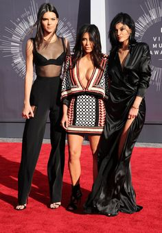 Le look de Kim Kardashian, Kendall et Kylie Jenner sur le tapis rouge des MTV Video Music Awards