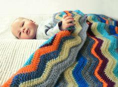 Gehaakte zigzag deken / omslagdoek en streepjes oranje blauw. €94,95, via Etsy.