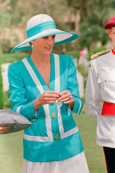 Karen Spencer, Charles Spencer, Diana Spencer, Blue And White Suit, White Suits, Lady Sarah Mccorquodale, Princess Diana Dresses, Princesa Diana, Princess Of Wales