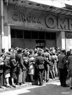 <p>Varios civiles hacen cola en la puerta del teatro Omnia en Cherburgo para un homenaje a las víctimas (Archivos Nacionales USA). </p>