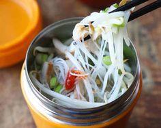 C'est une délicieuse recette de soupe-repas à la thaïlandaise qui se fait dans une tasse.. C'est super facile à faire et surtout réconfortant ;)