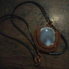 kalung tali dengan liontin batu agate