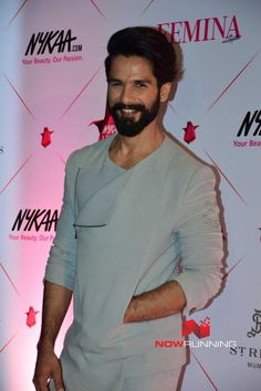 Shahid Kapoor Femina Beauty Awards 2017 red carpet Mens Indian Wear, Indian Groom Wear, Indian Men Fashion, Mens Fashion Wear, Big Men Fashion, Gents Kurta, Kurta Patterns, Mens Kurta Designs, Kurta Style