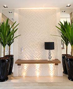 La imagen puede contener: planta, tabla e interior Hallway Decorating, Entryway Decor, Interior Decorating, Bedroom Decor, Design Hall, Wall Design, Living Room Tv, Interior Design Living Room, Home Room Design