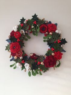 Christmas Crochet wreath made by Emily Ballard and inspired by Lucy of - Decoration İdeas Crochet Christmas Wreath, Crochet Wreath, Crochet Christmas Decorations, Christmas Crochet Patterns, Holiday Crochet, Xmas Wreaths, Christmas Knitting, Crochet Flowers, Christmas Diy