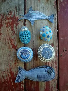 Artesanato com jeans. Fish for cat from jeans Jean Crafts, Denim Crafts, Rock Crafts, Arts And Crafts, Resurrection Fern, Crochet Stone, Toy Art, Creation Couture, Sticks And Stones