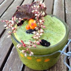 Green detox smoothie with buckthorne and spinache.