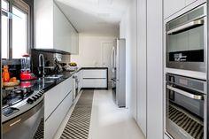 Cozinha clean em branco e prata.