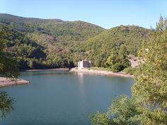 Le château de Castanet au pied du col, au bord du barrage de Villefort - Lozère