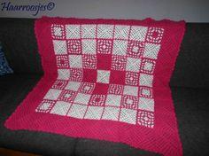 Gehaakte deken, fuchsia roze met wit, gemaakt van granny squares.