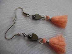 Boucles d'oreilles noir et saumon hématite et pompons.