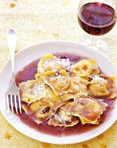 I ravioli di stracotto in salsa speziata sono un primo piatto che il nostro Daniele Persegani ci propone per il menu del pranzo di Natale. Risultato garantito!  http://www.alice.tv/ricette-natale/ravioli-di-stracotto-in-salsa-speziata
