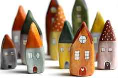 "Made of ""modeling clay"" (France) and painted with Acrylics. Maybe polymer? Could be made out of paperclay or any air dry clay. Little Houses Rock Crafts, Clay Crafts, Arts And Crafts, Clay Houses, Ceramic Houses, Art Houses, House Art, Rock Houses, Miniature Houses"
