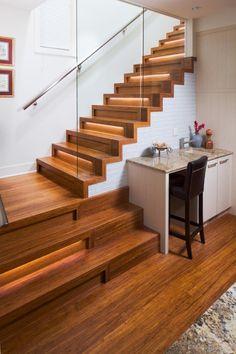 escalier droit en bois avec garde-corps en verre et éclairage led indirect
