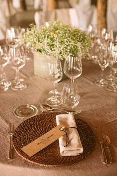 Boda Marta y Moisés, table rural rustic decoration. Centro de Paniculata con craspedia. Minuta kraft. Marta y Moises wedding, rural decoration. Flower centerpiece gypsophilia with billy doll. Kraft Menu card. Dandelion Events