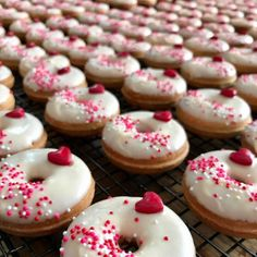 White chocolate raspberry is the Donut of the Month flavor for February ❤ Dozens & dozens of these headed out today! Donut Flavors, Donut Recipes, Cake Recipes, Fancy Donuts, Cute Donuts, Delicious Donuts, Yummy Food, Cute Baking, Gourmet Cakes