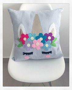 Cojín De Unicornio Hecho de Lino con Adornos de Fieltro y Unicorn Cushion, Unicorn Pillow, Unicorn Bedroom, Sewing Crafts, Sewing Projects, Pillow Crafts, Craft Stalls, Unicorn Crafts, Nursery Room Decor