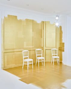 It may not be the floral-filled walls we've seen in years past, but the gilded…