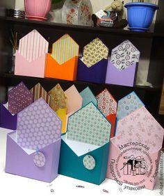 Flower Box Gift, Flower Boxes, Fabric Flowers, Paper Flowers, Flower Packaging, Newspaper Crafts, Pretty Box, Flower Tutorial, Flower Crafts